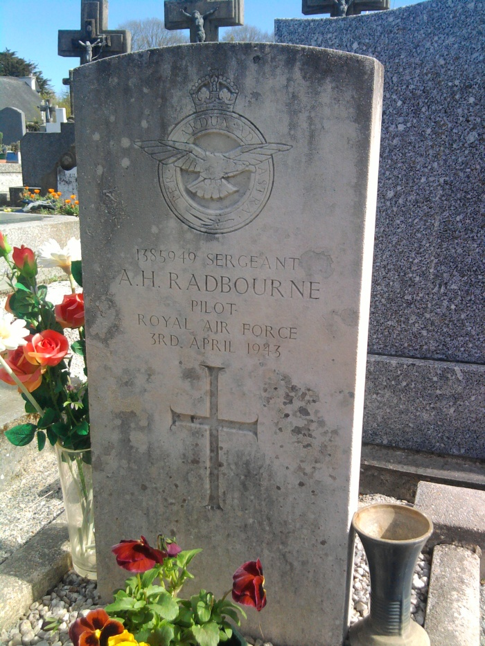 tombe du pilote de la RAF tombé à Moëlan © gaelle kermen 2012
