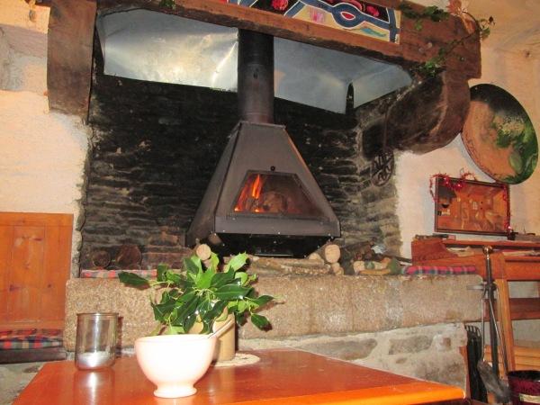 Premier petit déjeuner de l'an 2015, près du feu, désormais isolé du froid du conduit de cheminée par une plaque isolante.
