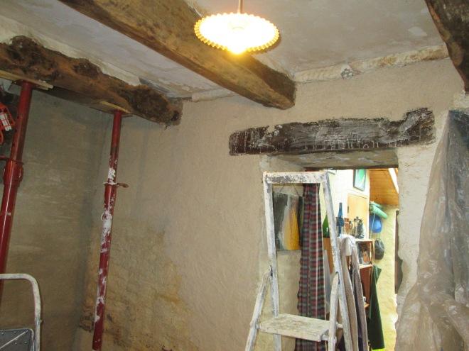 Enduit de chaux, sable, chanvre (1 tiers de chaque) au dessus du linteau du passage et dans le coin de la cheminée.