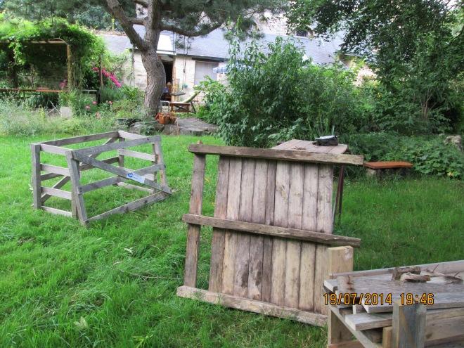 palette en cours de démontage pour faire une jardinière à pied