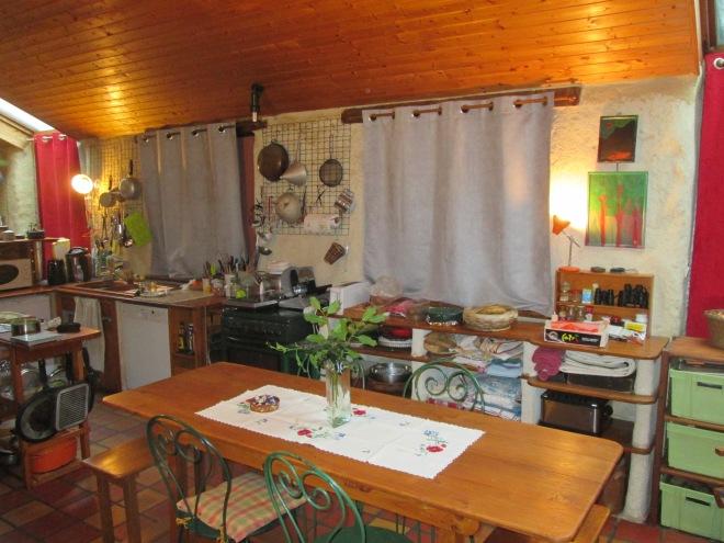 Désormais la cuisine vibre bien avec ses nouveaux rideaux, sa belle table en chêne et ses dessertes rénovées.
