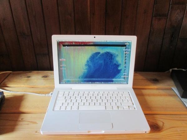 Le MacBook avec le tableau d'Yves Samson en hommage à Kevin Ayers Carribean Moon. © gaelle kermen 2015