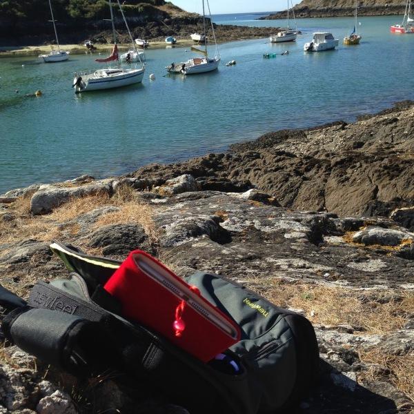 Bureau d'été dans sac à dos sur les sentiers côtiers